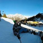 Benjamin Thoss beim Bier trinken im Skiurlaub