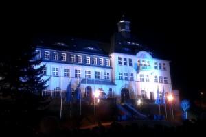 Rathaus Klingenthal - zum Feuerwerk der Welcome-Party beleuchtet